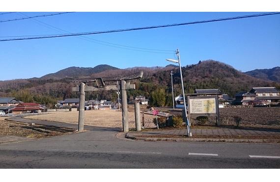 バス停丹生神社前の鳥居から見た丹生山